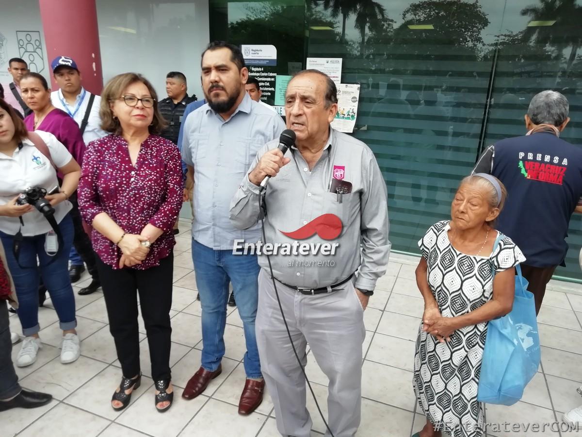 Funcionarios de Morena aprovechan la marcha de la UV para hacer campaña